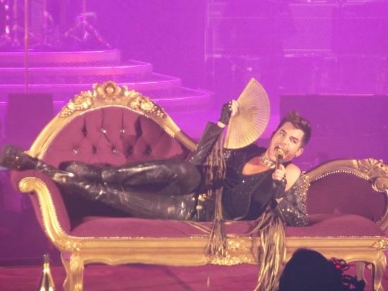 """Adam Lambert interprète """"Killer Queen"""" / Crédit Photo : Laura Bruneau"""
